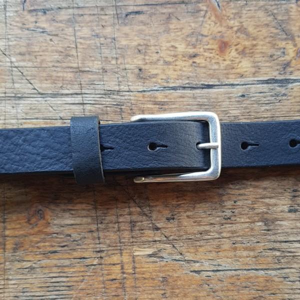 KRISS, 2,5cm, schwarzer Büffelledergürtel, altsilberfarbene Schließe-