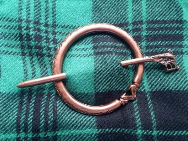nordische Plaid-Fibel Snake, kupferfarben