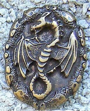 Drachen Amulett, altmessingfarbener Beschlag