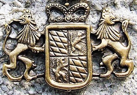 Bayern-Wappen mit Löwen, messingfarbener Zierbeschlag