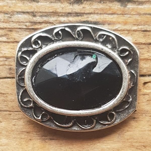 verzierte, silberfarbene Zierniete mit schwarzem geschliffenen Kristall