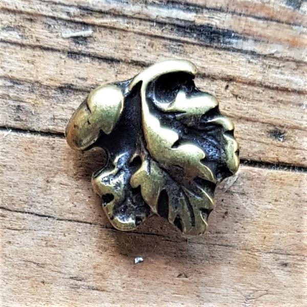 kleine Eichel mit Blättern, messingfarbene Zierniete