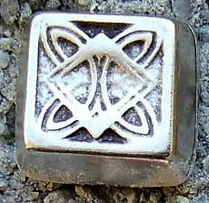 N-209-1 Celtic Flat-Pyramid, silberfarbener Beschlag