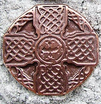 keltisches Flechtkreuz, kupferfarbener Beschlag
