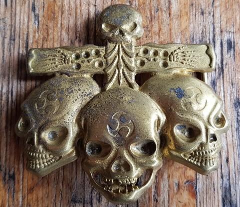 Kreuzschließe mit 3 Totenköpfen, 4cm, goldstaubfarbene Koppelschließe