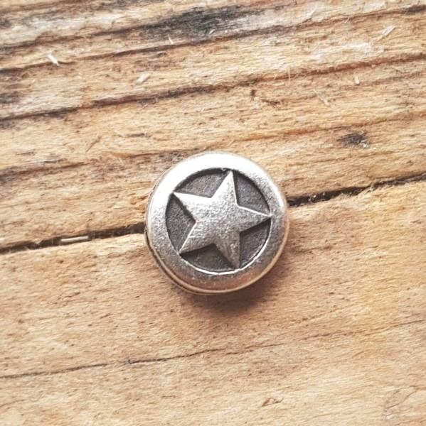 kleine silberne Zierniete, Pentagramm im Kreis