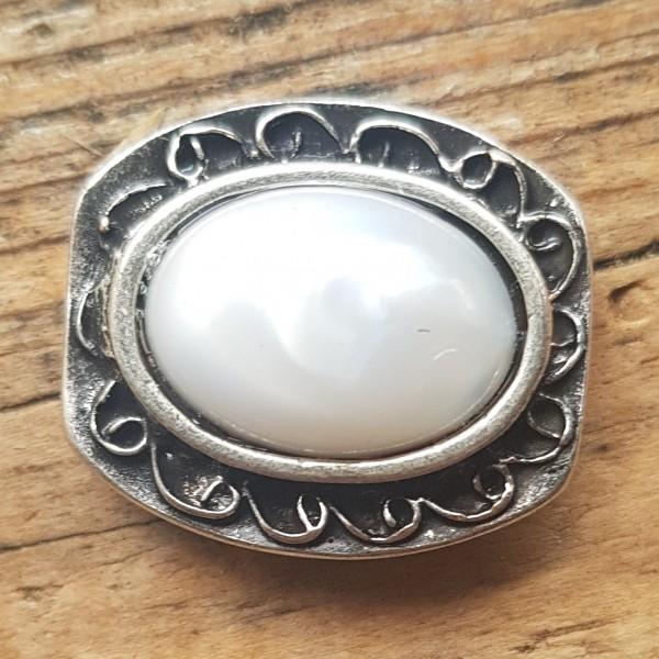 verzierte, silberfarbene Zierniete mit weiss marmoriertem Kunst-Stein