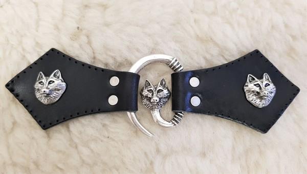 Wolfskopf Mantel-Verschluß, silbern mit Befestigungsleder mit Wolf-Ziernieten
