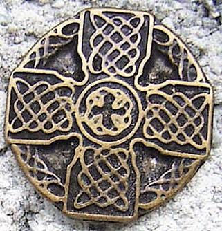 keltisches Flechtkreuz, altmessingfarbener Beschlag