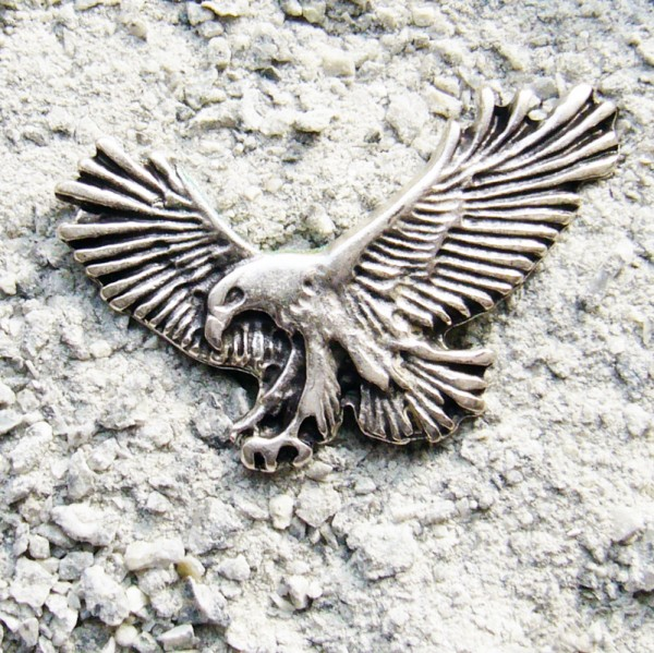 fliegender Adler, große silberne Zierniete