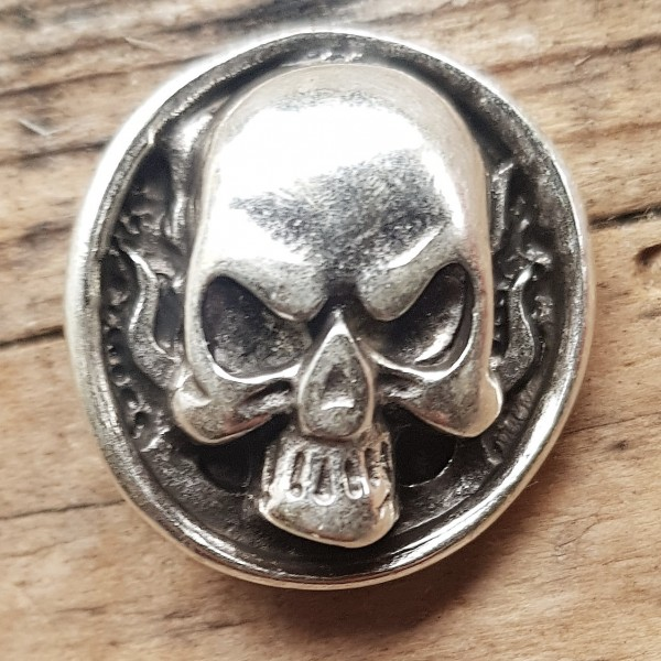 Skull & Flames, Totenkopf-Niete,, silberfarben